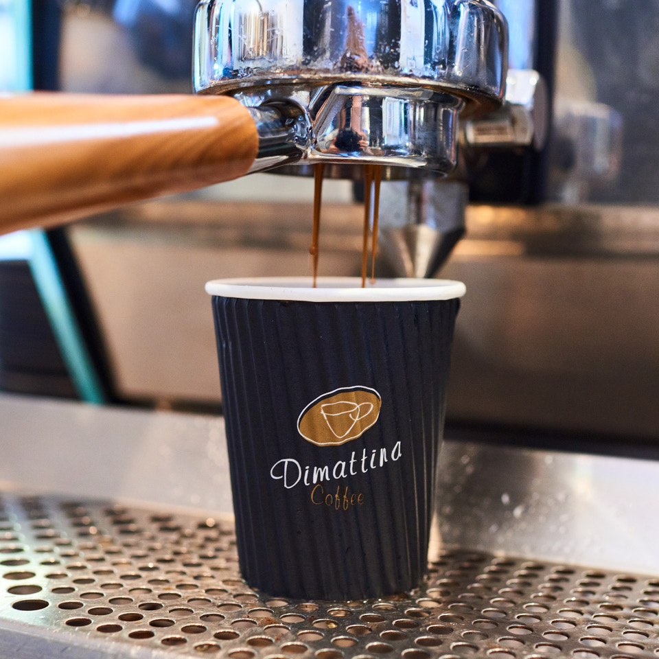 Dimattino Coffee black and gold hot cup ripple-wrap